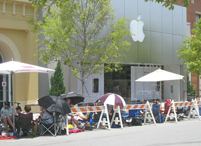 iPhone crowds at the Apple store
